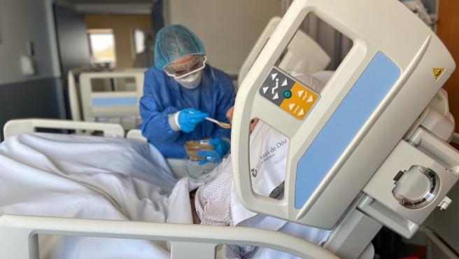 Personal sanitario atendiendo a un paciente de covid-19