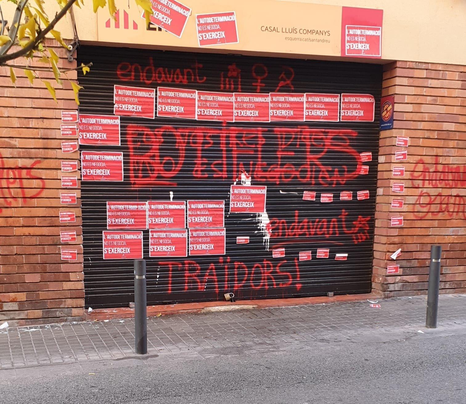 Entrada del casal Lluís Companys d'ERC plena de pintades i cartells