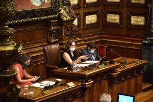 Ada Colau preside el Pleno municipal que ha retirado la medalla de oro de