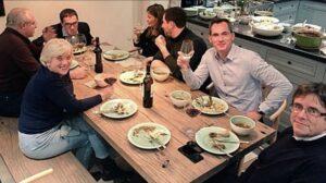 Carles Puigdemont, menjant amb altres polítics a Bèlgca