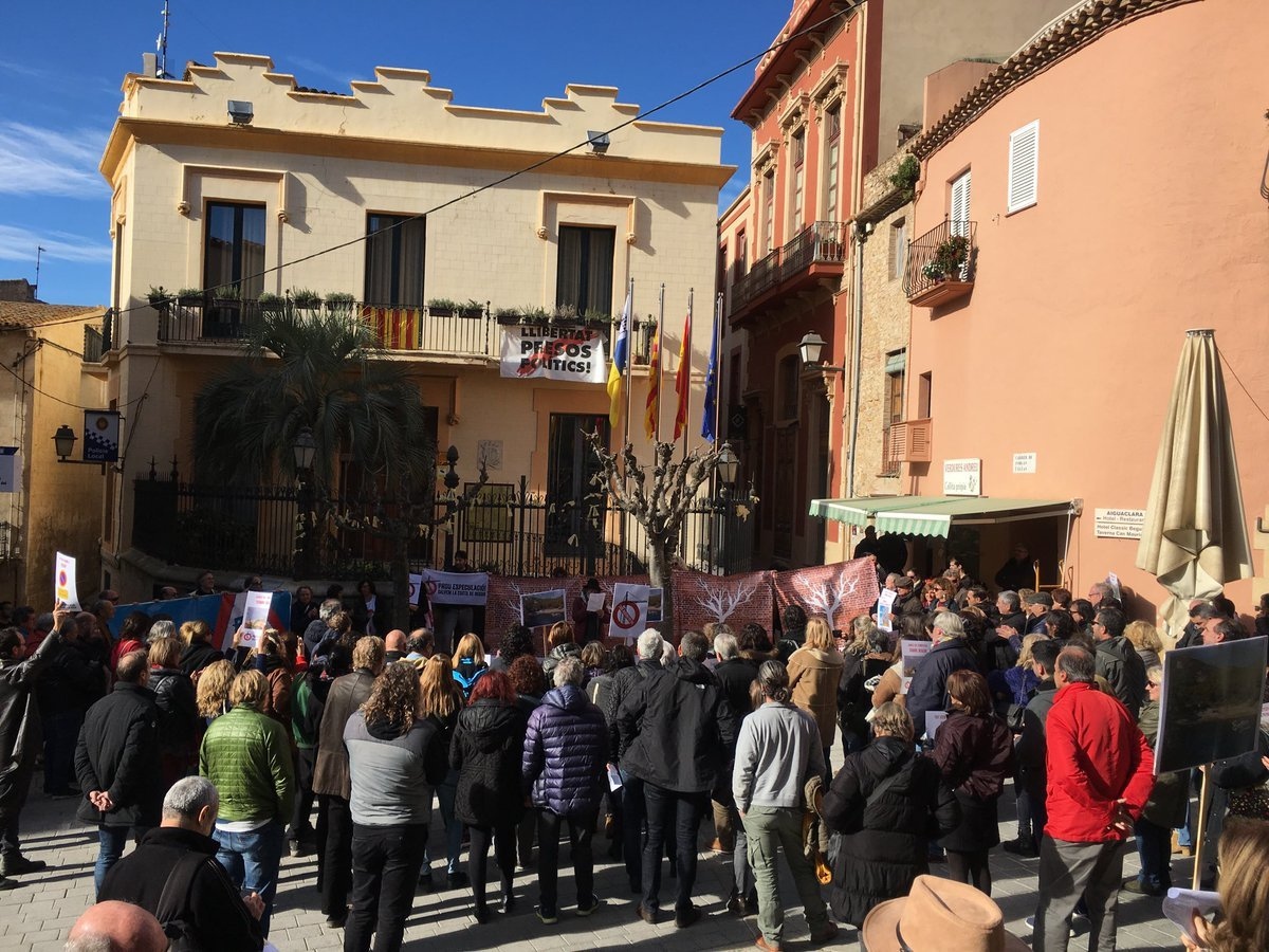 Protesta contra la destrucció ecològica de Begur a la porta de l'aju