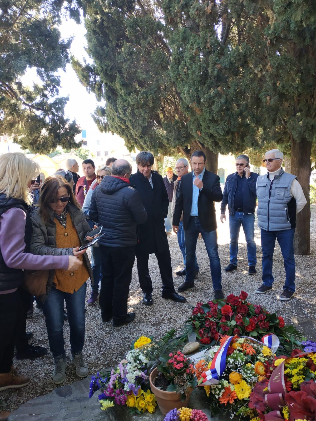 Carles Puigdemont, interpelado por las personas que rendían homenaje