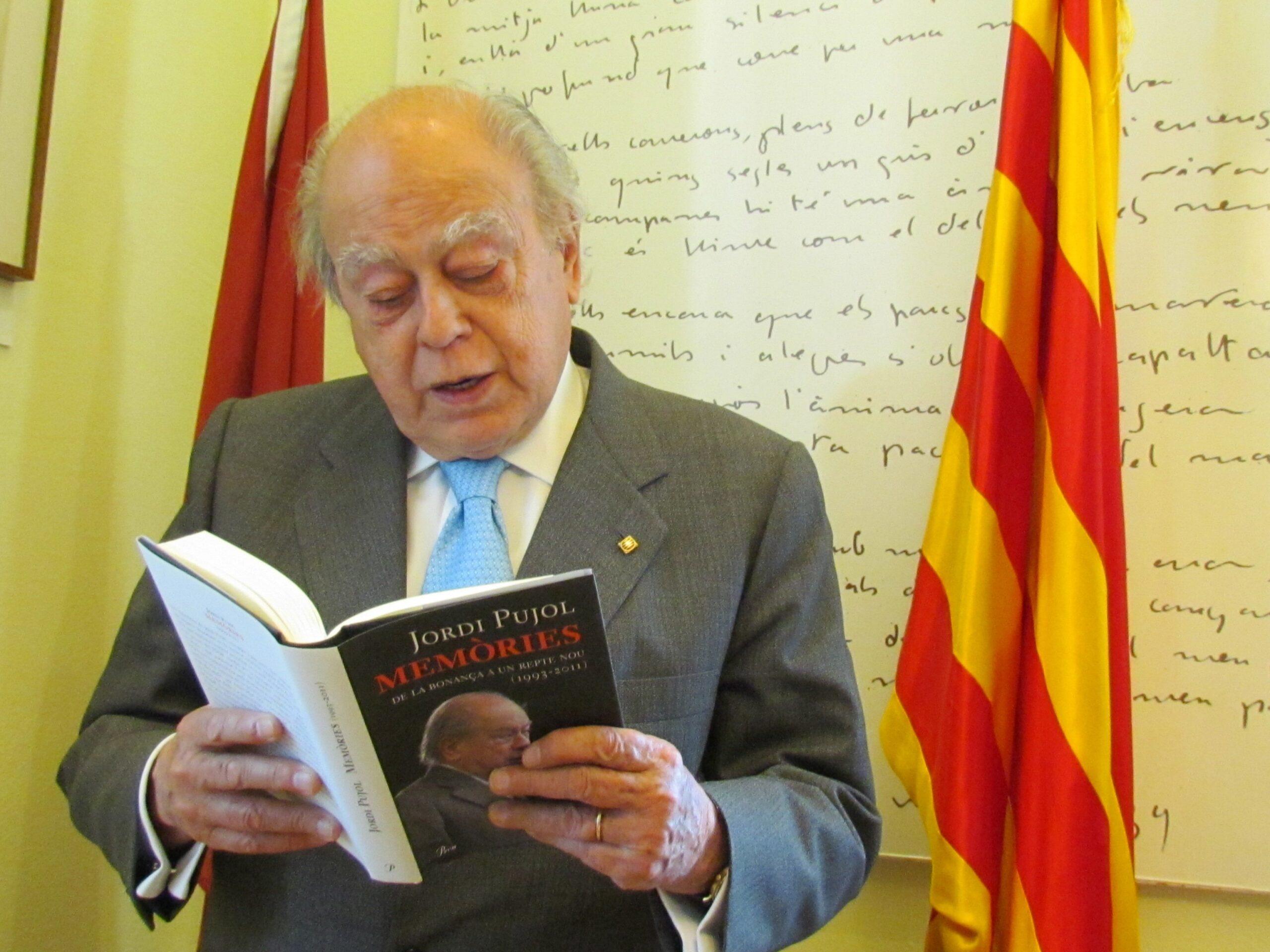 Jordi Pujol fullejant un dels toms de les seves Memòries