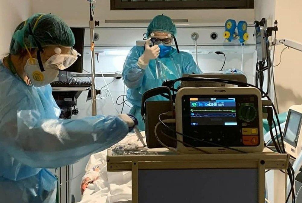 Personal sanitari atenent un pacient a l'hospital
