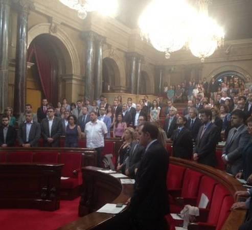 Minut de silenci al Parlament per les víctimes de Santiago