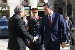 Torra saluda a Sánchez en la plaza de Sant Jaume de Barcelona