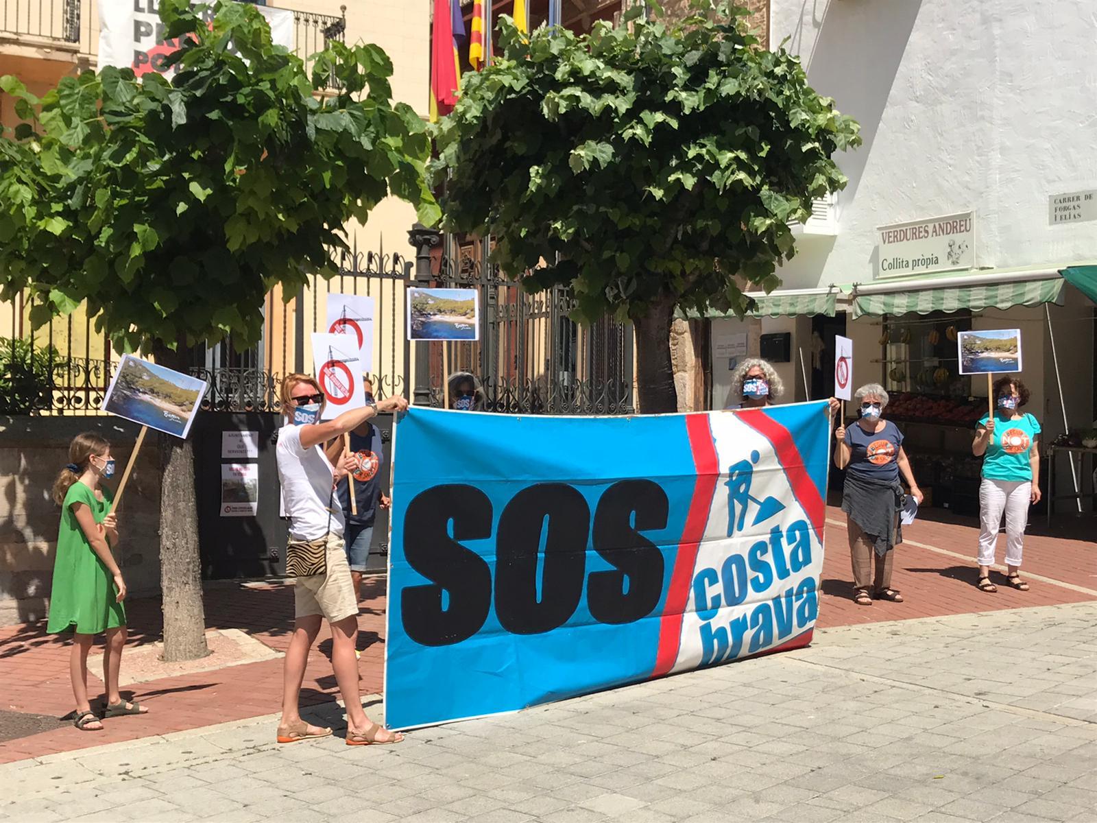 Protesta de Sos Costa Brava delante del ayuntamiento de Begur
