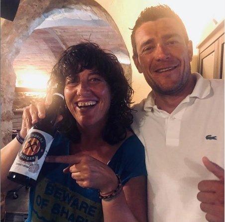 La consellera Teresa Jordà mostra una ampolla de cervesa Empordà Hoo
