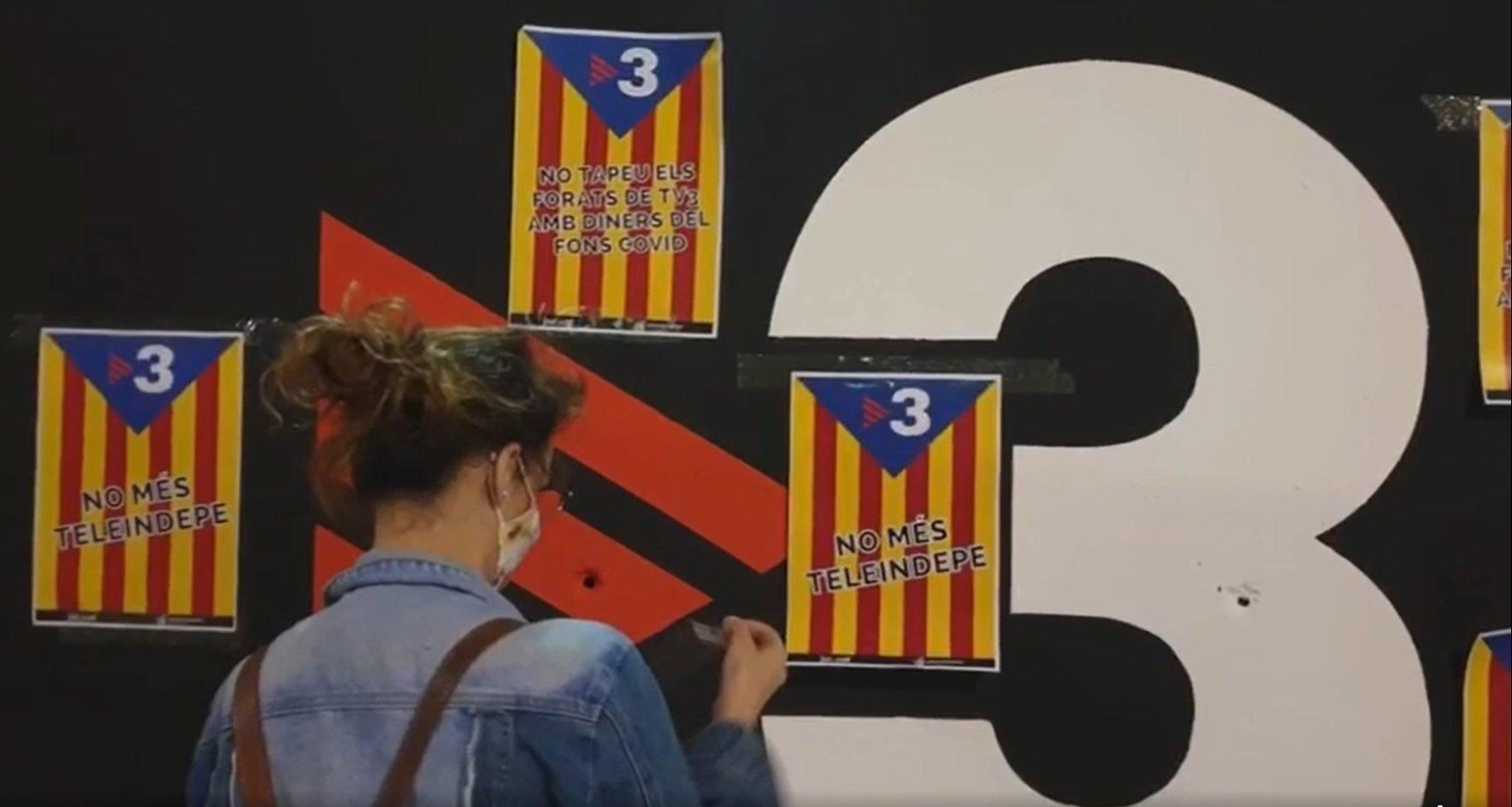 Una joven empapela TV3 con carteles contra su partidismo independen