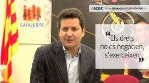 Xavier Vinyals demanant signatures per l'autodeterminació de Catalunya, el 2014