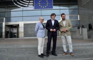 Clara Ponsati, Carles Puigdemont i Toni Comín, davant de la seu del Parlament europeu