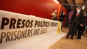 Torra, lliurant la pancarta per la qual el van inhabilitar al Museu d'Història de Catalunya