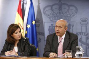 José Ignacio Wert, durant la seva etapa com a ministre, i l'aleshores vicepresidenta, Soraya Sáenz de Santamaría