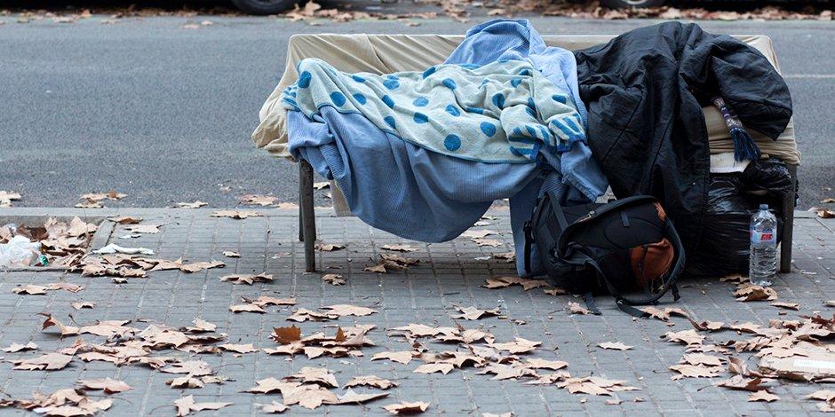 Una persona durmiendo en la calle, en Barcelona.