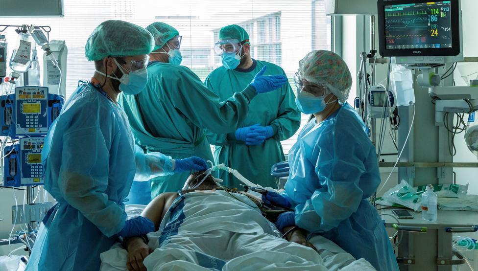Sanitaris atenent a un pacient