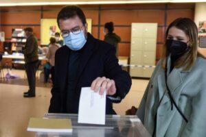 El candidato de ERC, Pere Aragonès, votando