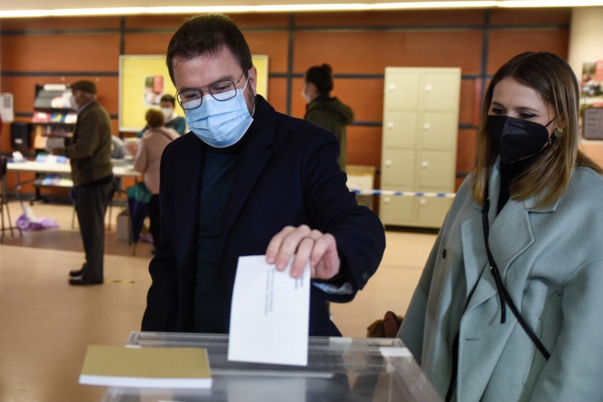 El candidat d'ERC, Pere Aragonès, votant