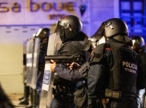 Los Mossos en la manifestación de Girona contra el encarcelamiento de Pablo Hasél