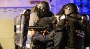 Els Mossos a la manifestació de Girona contra l'empresonament de Pablo Hasél
