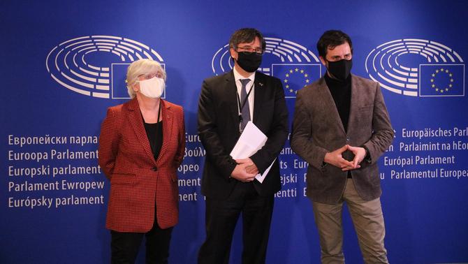Els eurodiputats Carles Puigdemont, Toni Comín i Clara Ponsatí a l'entrada de la vista pel suplicatori el 14 de gener de 2021 al Parlament Europeu (Horitzontal)