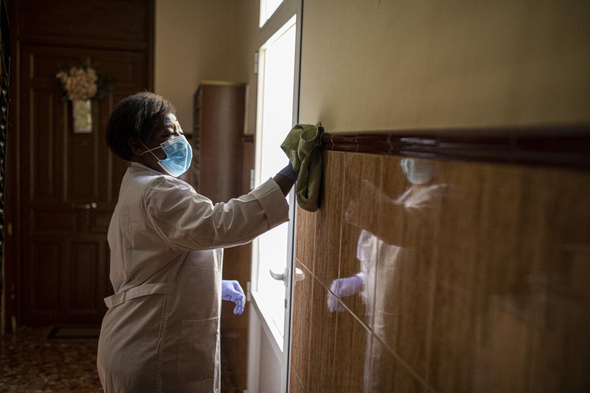Una treballadora, netejant una paret