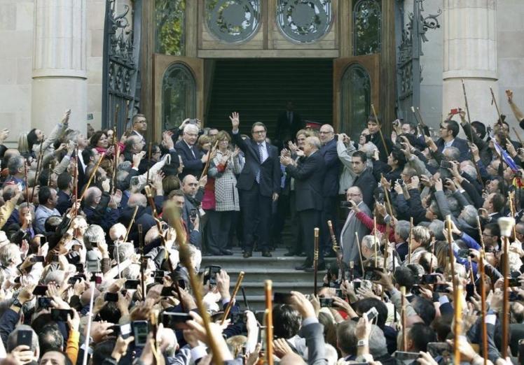 Bany de masses d'Artur Mas quan va declarar al TSJC