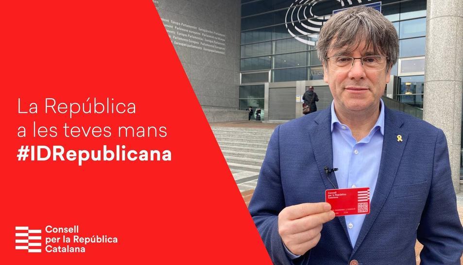Carles Puigdemont ensenya el seu carnet digital del Consell per la República Catalana