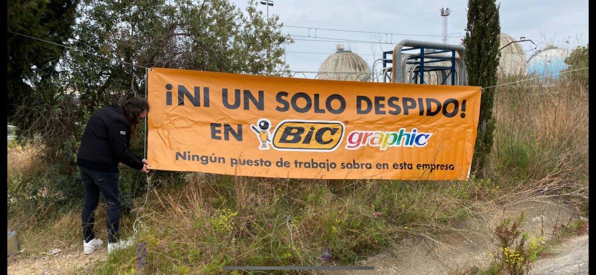 Una pancarta de protesta de los empleados de Bic Graphic