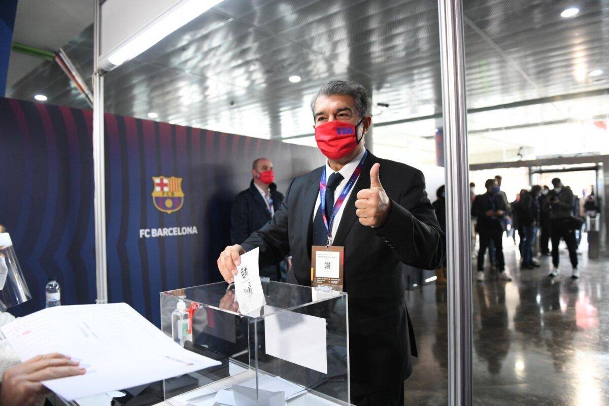Joan Laporta, votando en las elecciones que llevaron de nuevo a la presidencia del Barça
