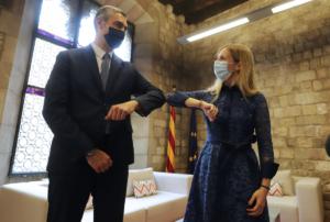 La consejera Victòria Alsina, con su antecesor en Exteriores, Bernat Solé, durante el acto de traspaso de la cartera