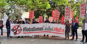 Pancarta de los sindicatos durante la segunda jornada de huelga contra el ERE de CaixaBank