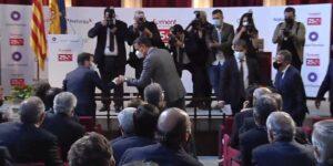 Pedro Sánchez y Pedro Aragonés saludándose al acto de Fomento del Trabajo