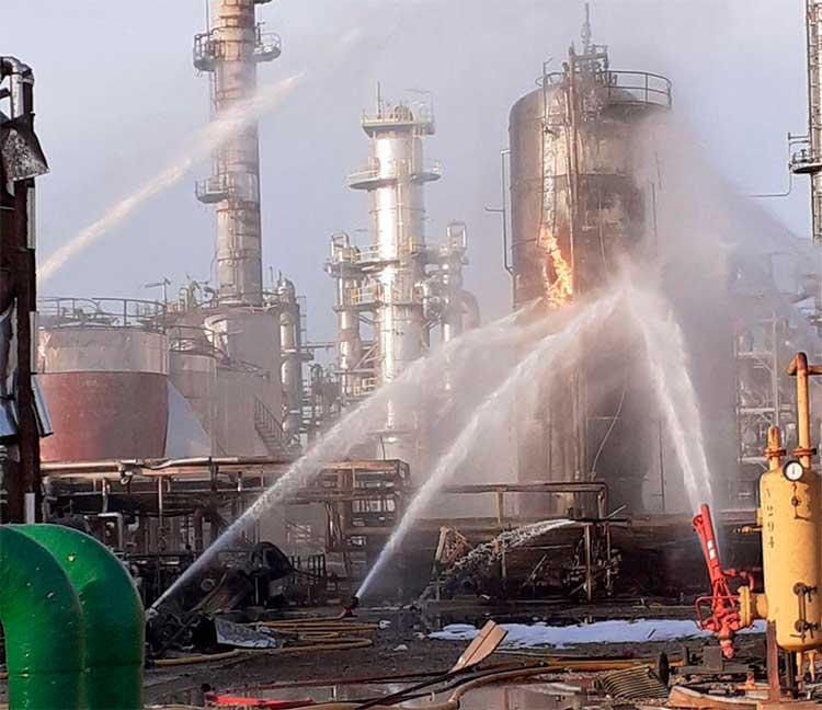 Trabajos de extinción del incendio en Iqoxe