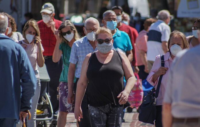 Gent amb mascareta al carrer
