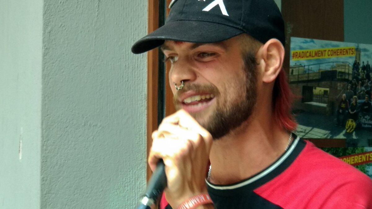 El jove raper anarquista Dani Gallardo (Twitter: @ClamLlibertat)