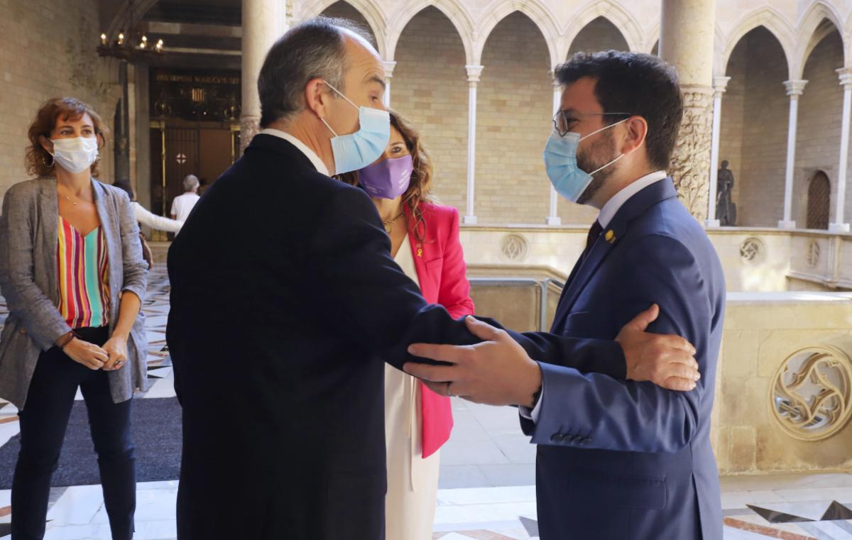 El presidente Pere Aragonès, saludando al exconsejero Jordi Turull