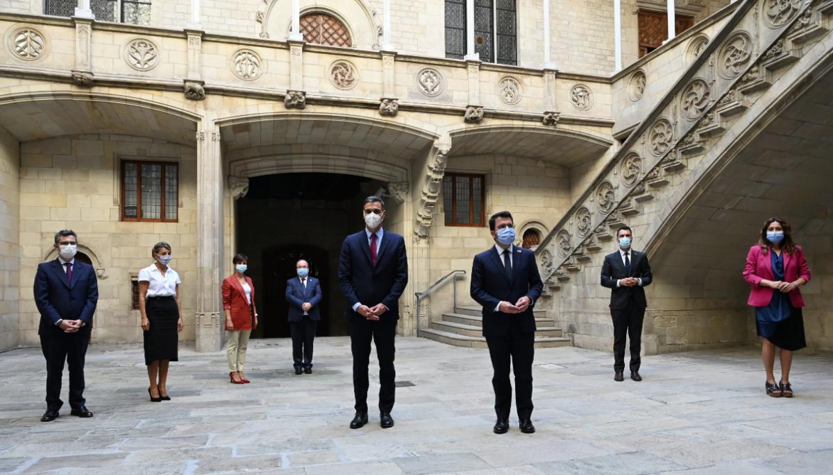 Les delegaciones de los gobiernos de Espanya y la Generalitat, antes de la reunión de la mesa de diálogo