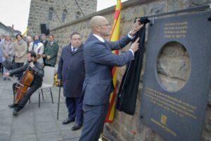 Adam Casals, en 2017, acompañando al entonces consejero de Exteriores, Raül Romeva, durante la inauguración de una placa conmemorativa en Mauthausen