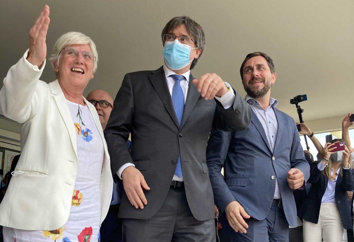 Clara Ponsatí, Carles Puigdemont y Toni Comín, en Cerdeña